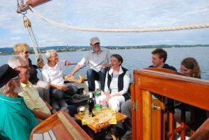 Die Autorin Barbara Hutzl-Ronge, 3. v.r.stellt ihr Buch Magischer Bodensee am 22.Juli u. 19.Aug. 2014 bei einer Autorenlesung mit dem Wassersportzentrum auf der Seewiefke, Plattbodenschiff, vor. Bild Gaby Hotz