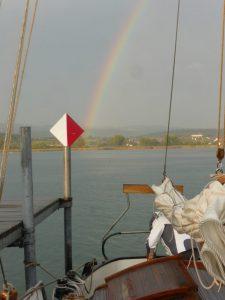 Regenbogen über dem Heck der Seewiefke